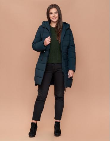 Практичная зимняя женская куртка большого размера темно-зеленая модель 25225