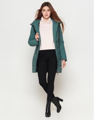 Куртка женская молодежная теплая зеленого цвета модель 25125